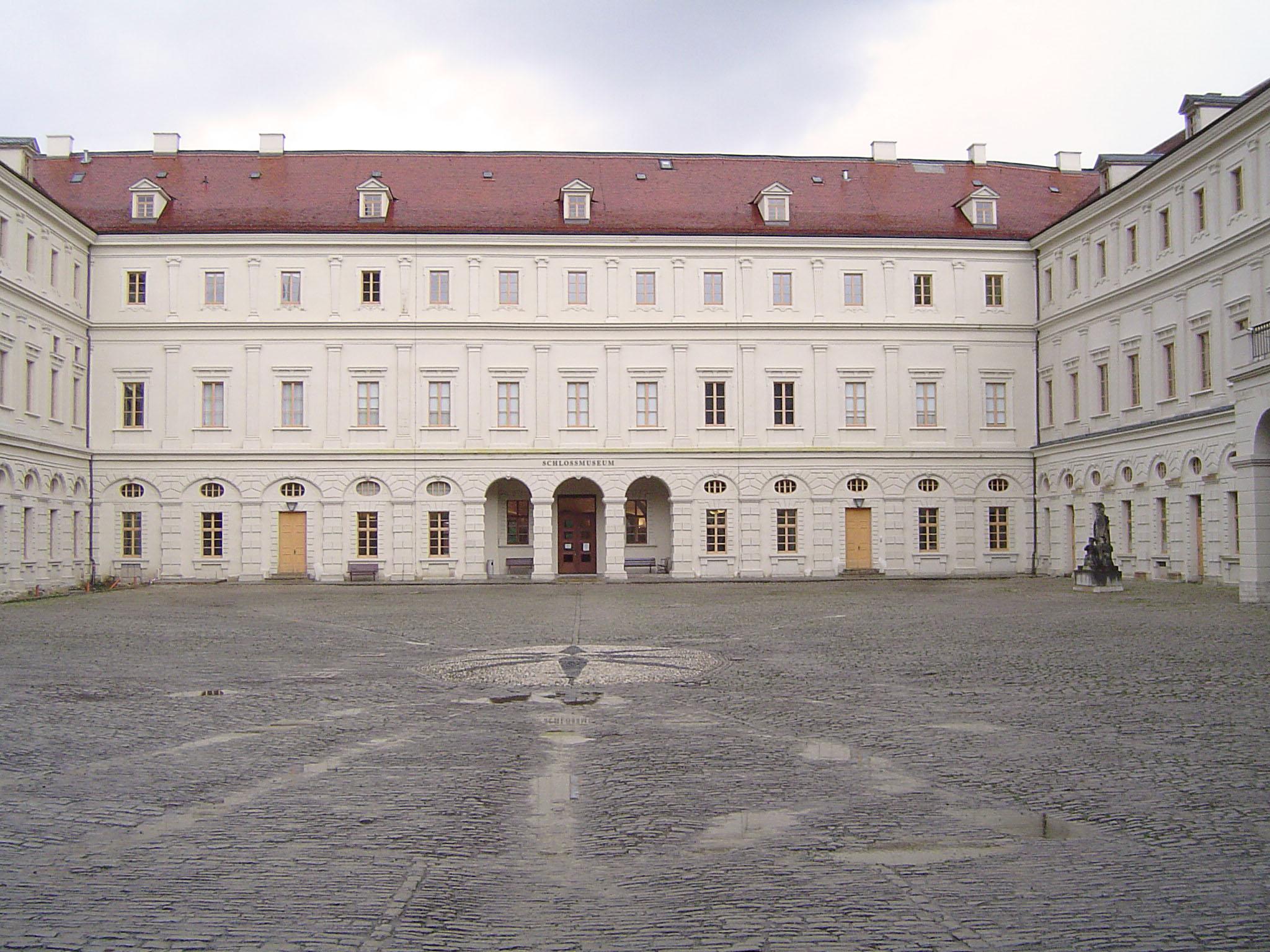 Fassadenrestaurierung des Schloss Weimar mit Marmorsumpfkalkfarbe
