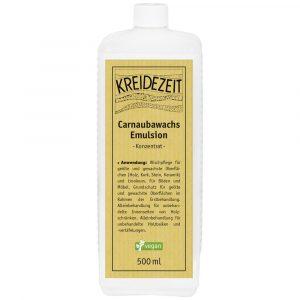 Das Foto zeigt eine weiße Flasche für das Produkt Carnaubawachs Emulsion Konzentrat mit einem ockerfarbenen Etikett mit schwarzer Schrift. Der Hintergrund ist weiß.